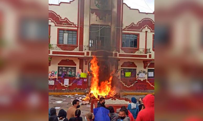 """Protesta feminista por muerte de Beatriz """"N"""" termina con quema de mobiliario del ayuntamiento"""